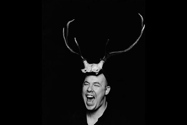 【本週聚焦】Alexander McQueen 永不滅的時尚魂魄(一):離經叛道而令人難以遺忘的創作鬼才