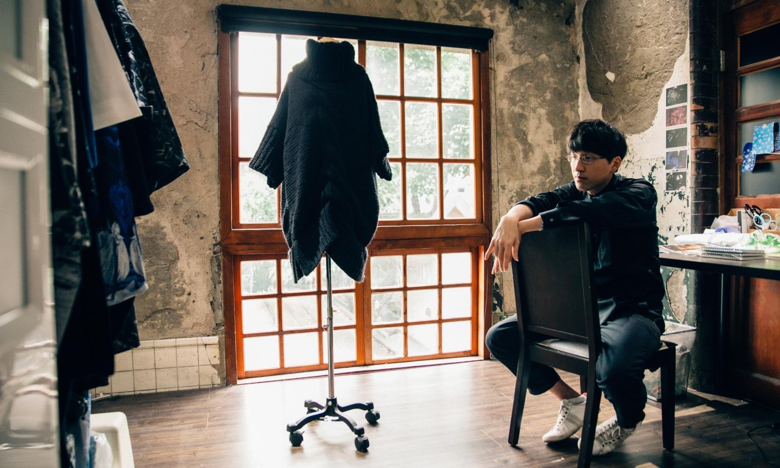 七月封面|服裝是一種想像和氛圍:APUJAN 設計師詹朴